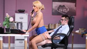 Inexperienced boss bangs his MILF secretary